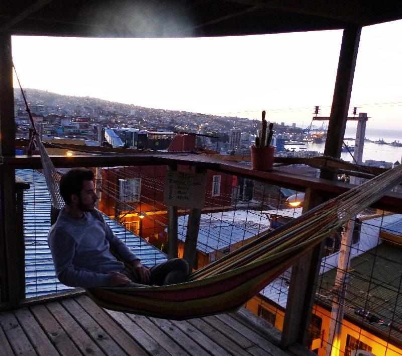 Homme dans un hamac avec vue sur Valparaiso
