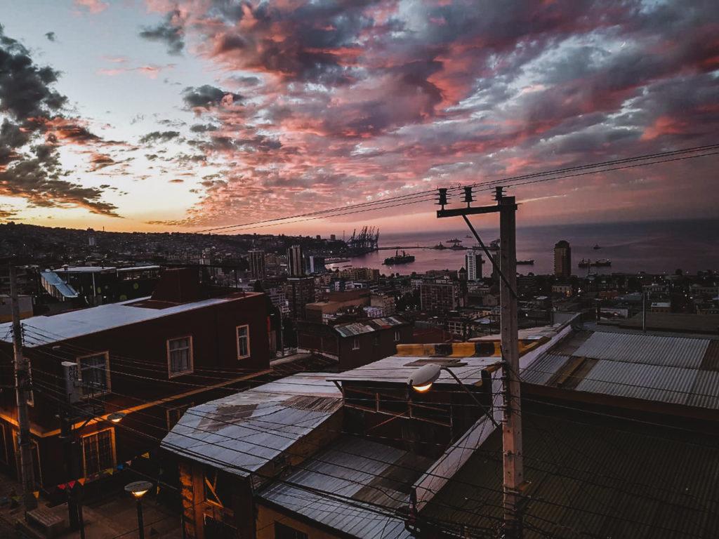 Vue sur tout Valparaiso, avec coucher de soleil