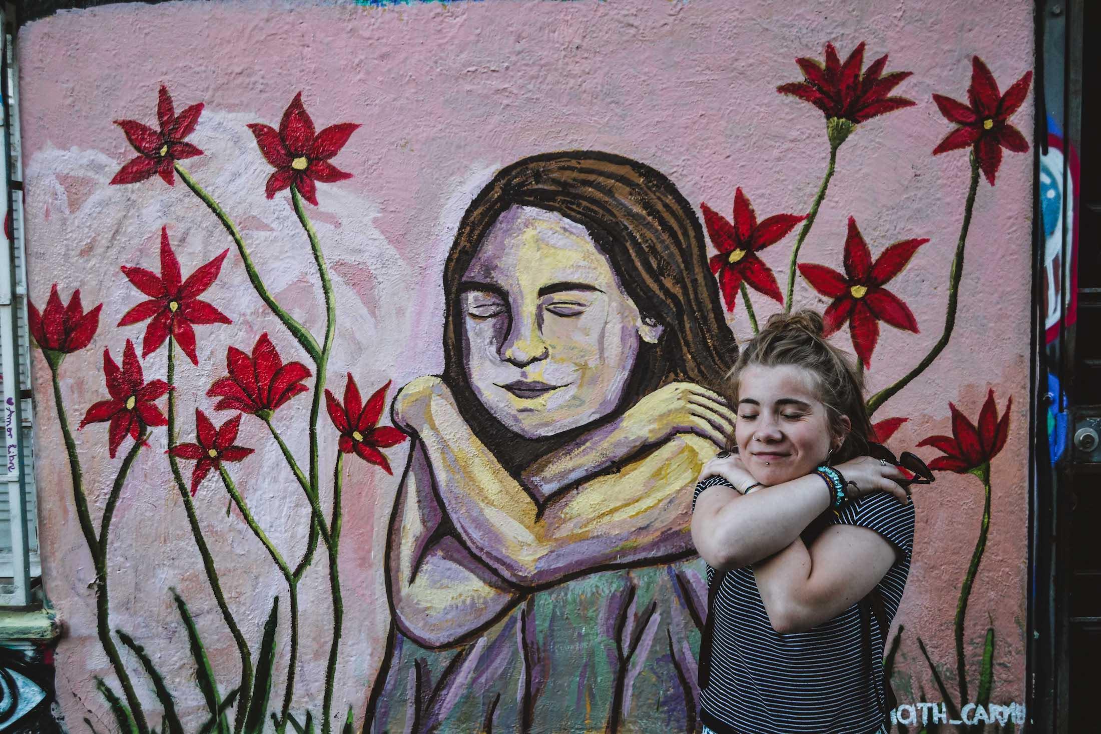 Peinture murale au Cerro Concepcion, femme qui s'embrasse avec fleurs rouges