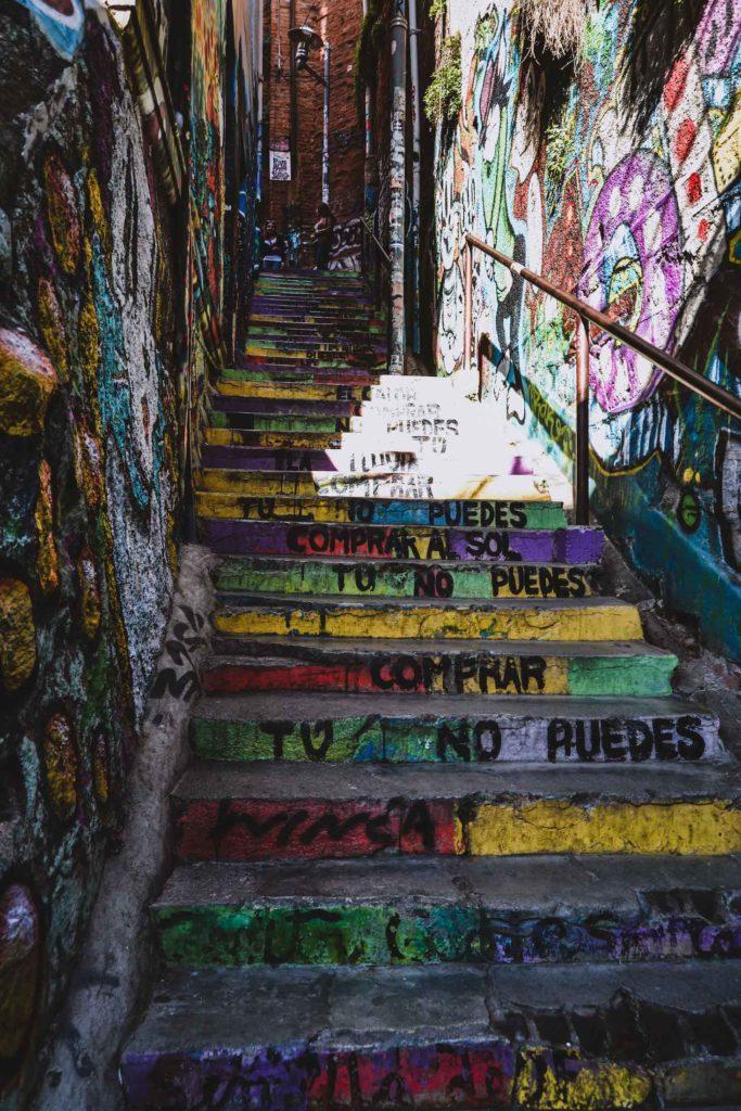Escalier coloré dans le Cerro Alegre