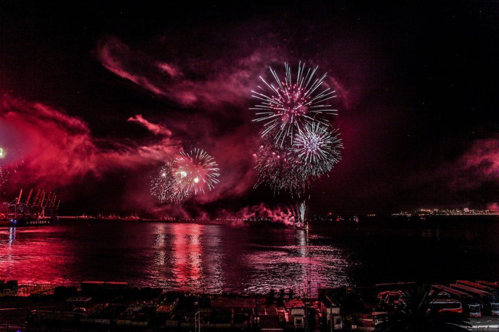Feux d'artifices sur la mer au Nouvel an à Valparaiso