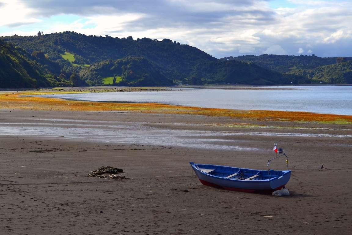 Bateau sur plage d'Achao