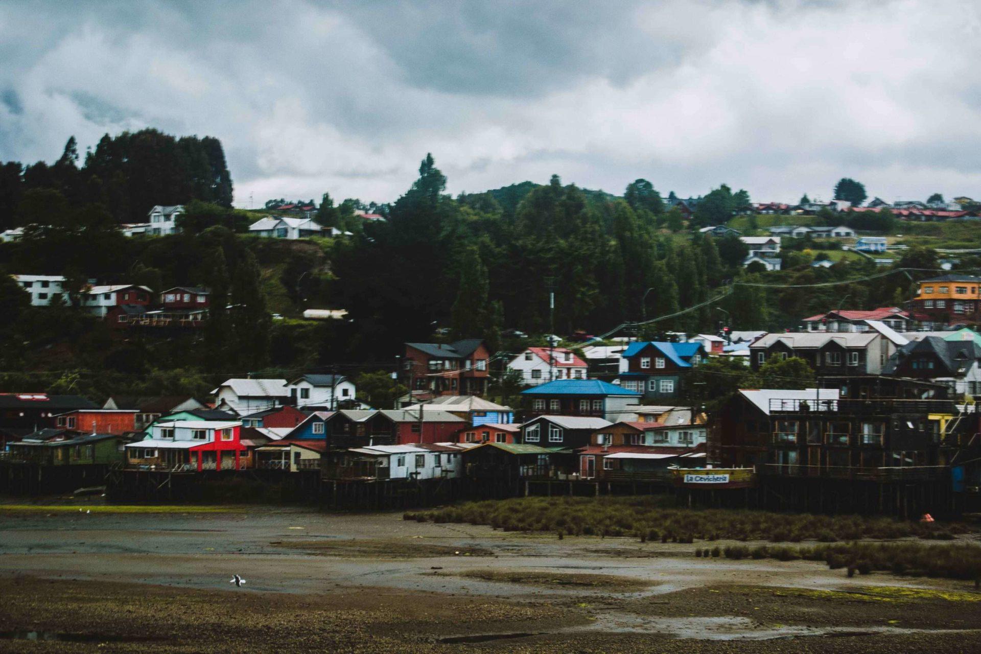 maisons sur pilotis à coté de Castro