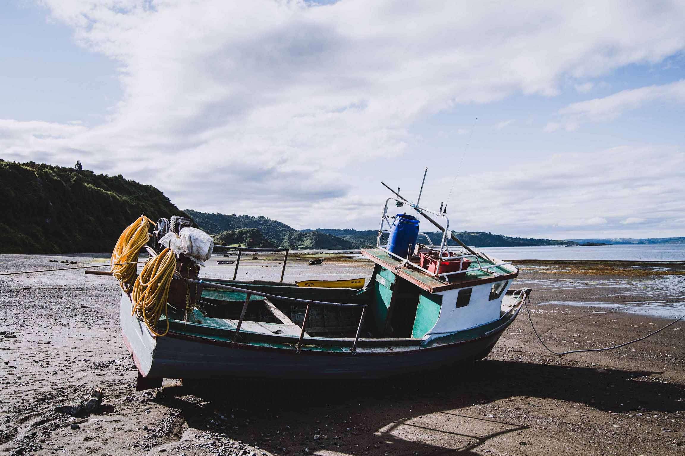 Bateau sur la plage d'Achao