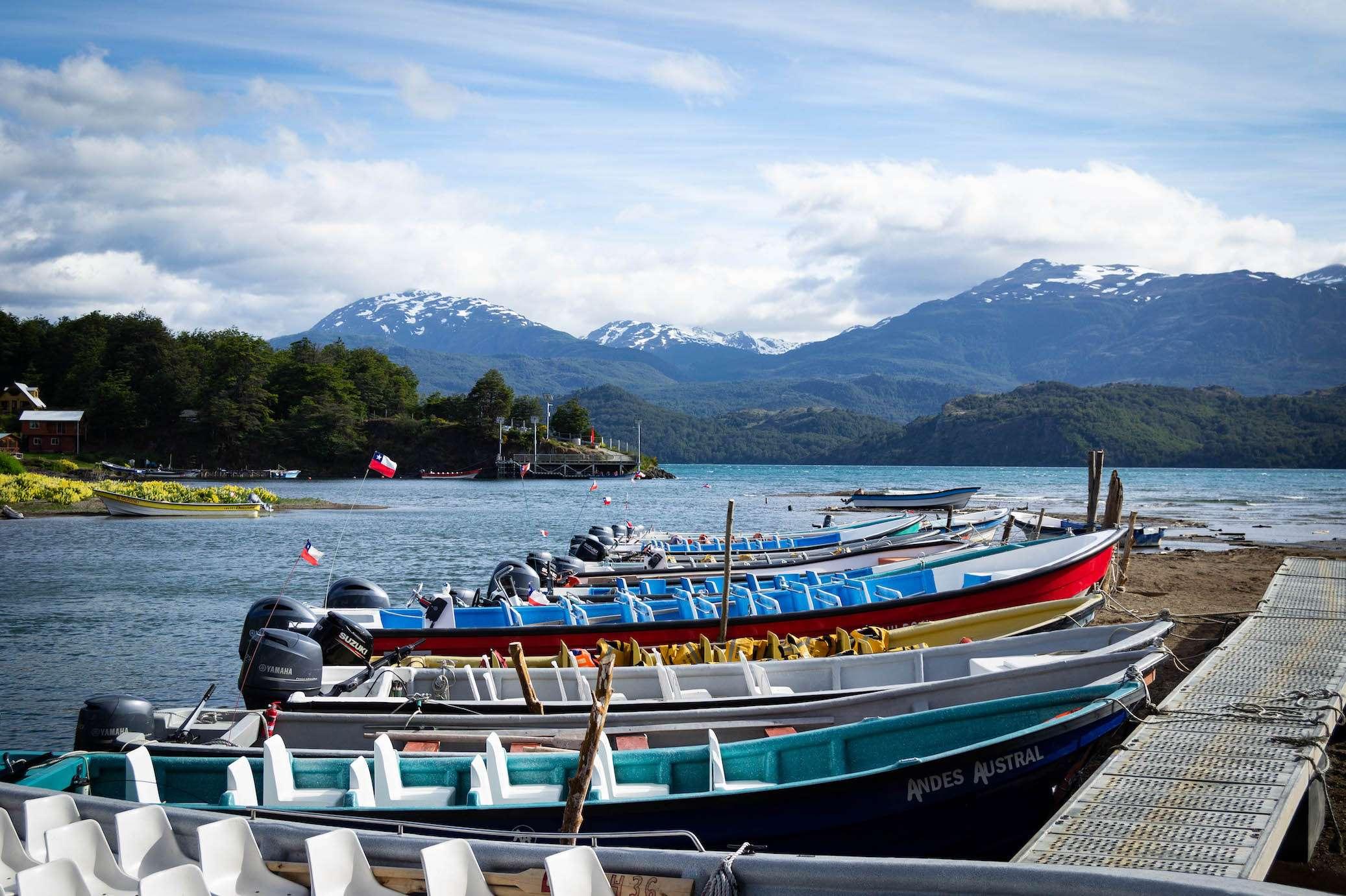 Bateaux arrimés à Puerto Rio Tranquilo