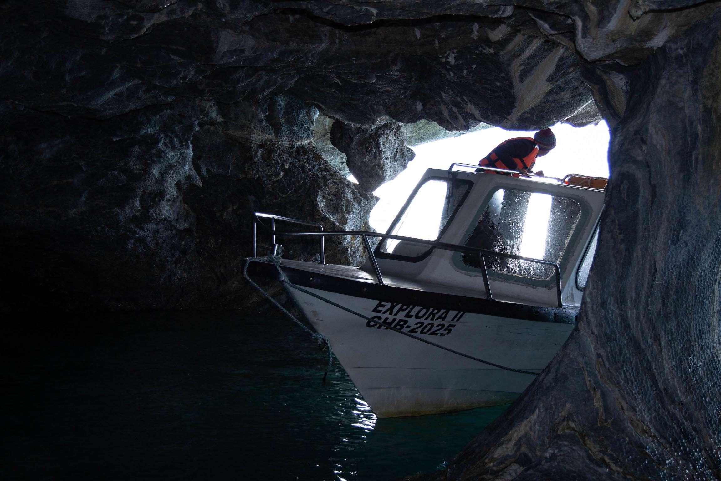 Bateau dans les cavernes de marbre de Puerto Rio Tranquilo
